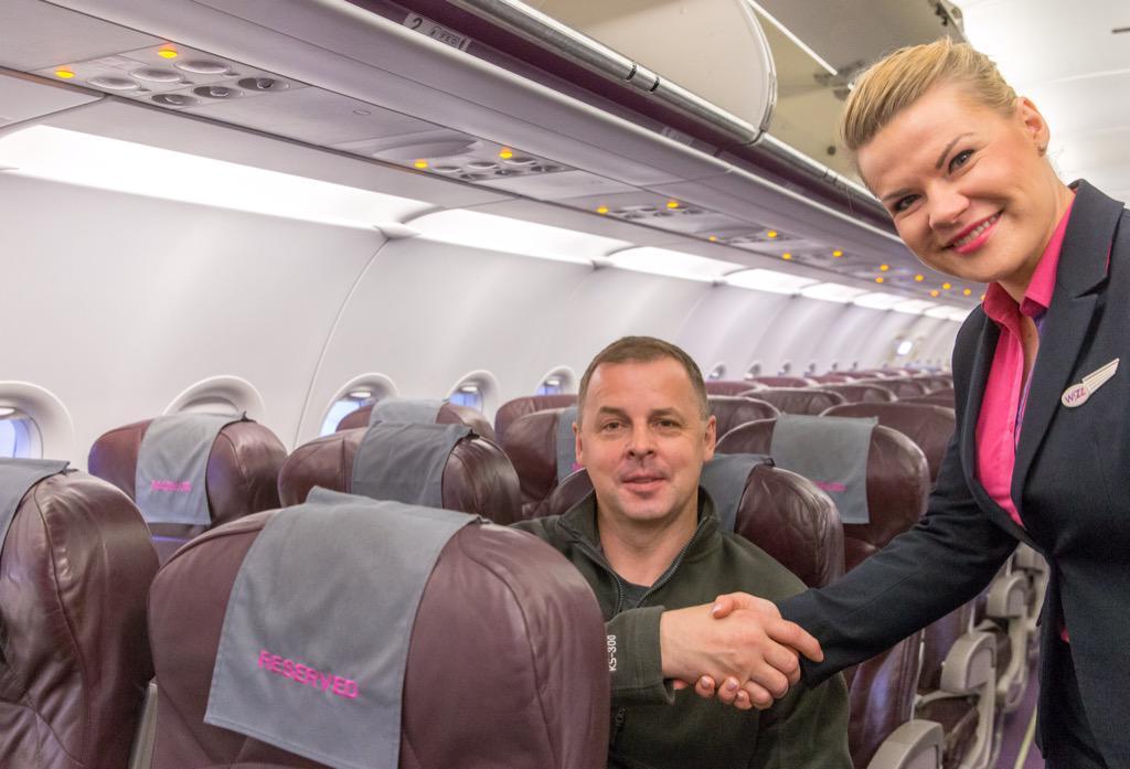 Slawomir Koziel lengyel utas vette igénybe először a szolgáltatást a Katowice-London Luton járaton. (Fotó: Wizz Air)   © AIRportal.hu