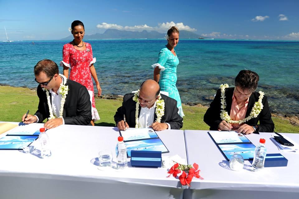 A szerződés aláírása. (Fotó: Air Tahiti Nui) | © AIRportal.hu