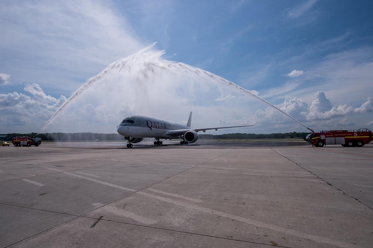 Qatar Airways A350XWB először Szingapúrban. Az első járatot teljesítő A7-ALA lajstromú gép vízsugaras köszöntése május 11-én. (Fotó: Qatar Airways) | © AIRportal.hu