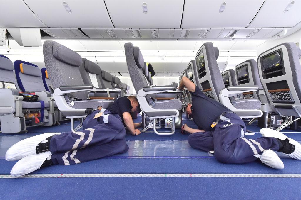 A Lufthansa Technik szakemberei szerelik éppen a flotta egyik gépén a prémium turista üléseket. (Fotó: Lufthansa)   © AIRportal.hu