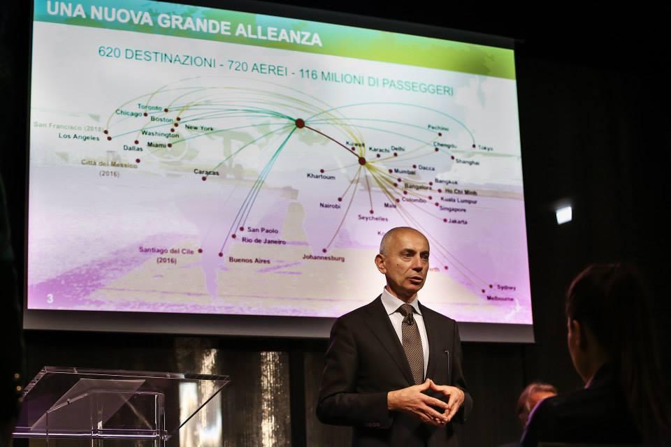 Silvano Cassano, az Alitalia vezérigazgatója egy korábbi sajtótájékoztatón prezentációja közben. (Fotó: Alitalia) | © AIRportal.hu
