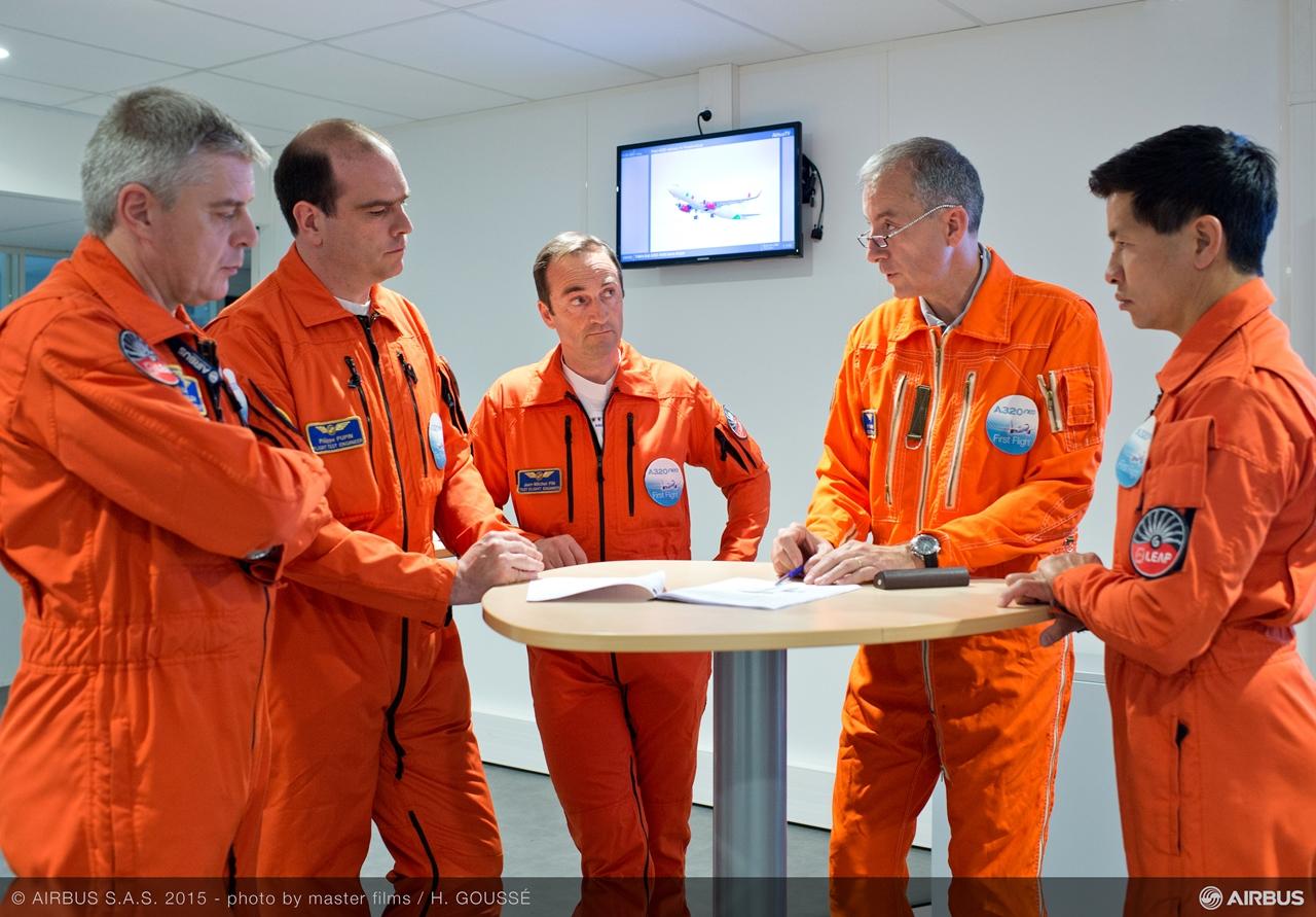 Felkészülés közben az ötfős berepülő személyzet. (Fotó: Airbus)   © AIRportal.hu