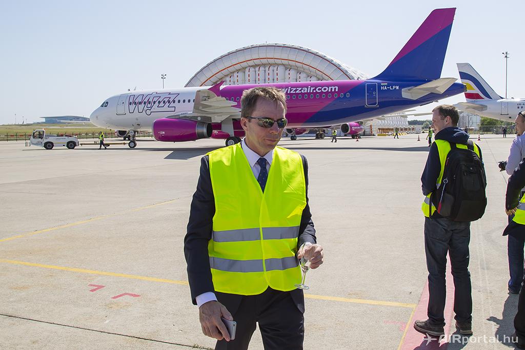 Nagy kő gurult le a szervezők szívéről, mikor a repülőgép végül kigurult, a vezérnek pedig egy pohár pezsgő gurult le a pár perces izgalom után.   © AIRportal.hu