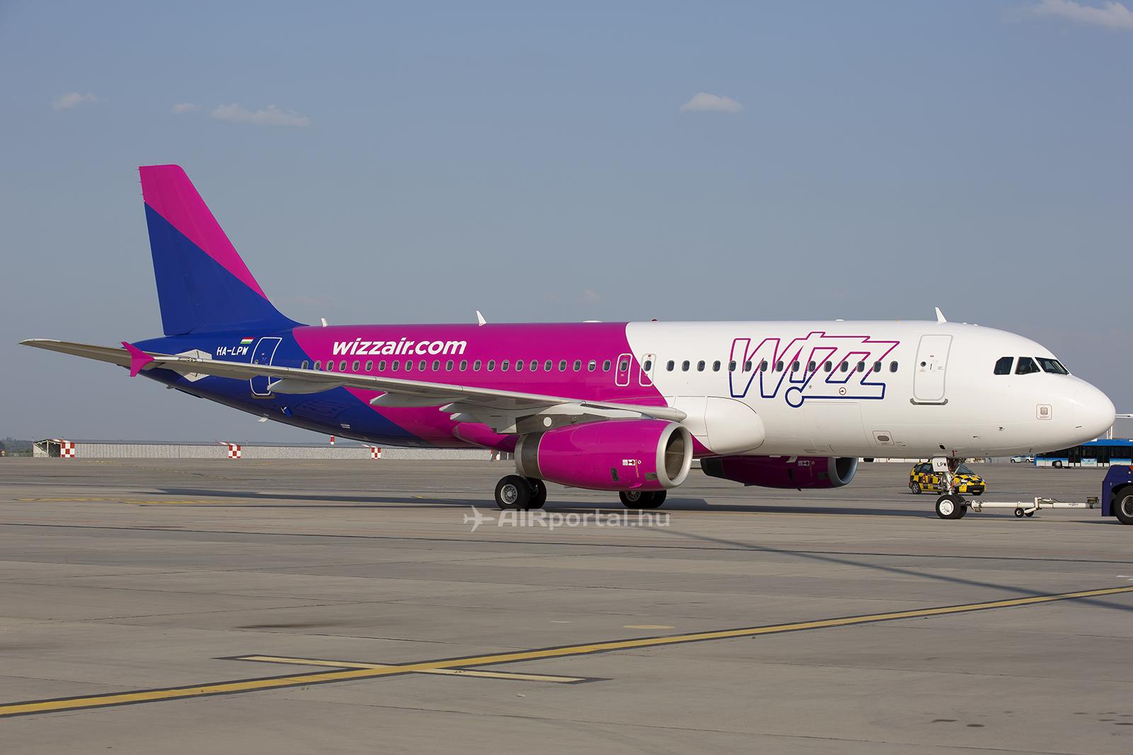 A Wizz Air új arculat szerint átfestett repülőgépe Ferihegyen. (Fotó: AIRportal.hu)   © AIRportal.hu