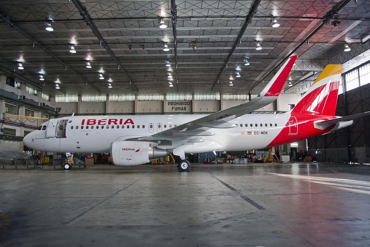 Sharkletes Airbus A320-as az Iberia egyik karbantartó hangárjában. (Fotó: Iberia)   © AIRportal.hu