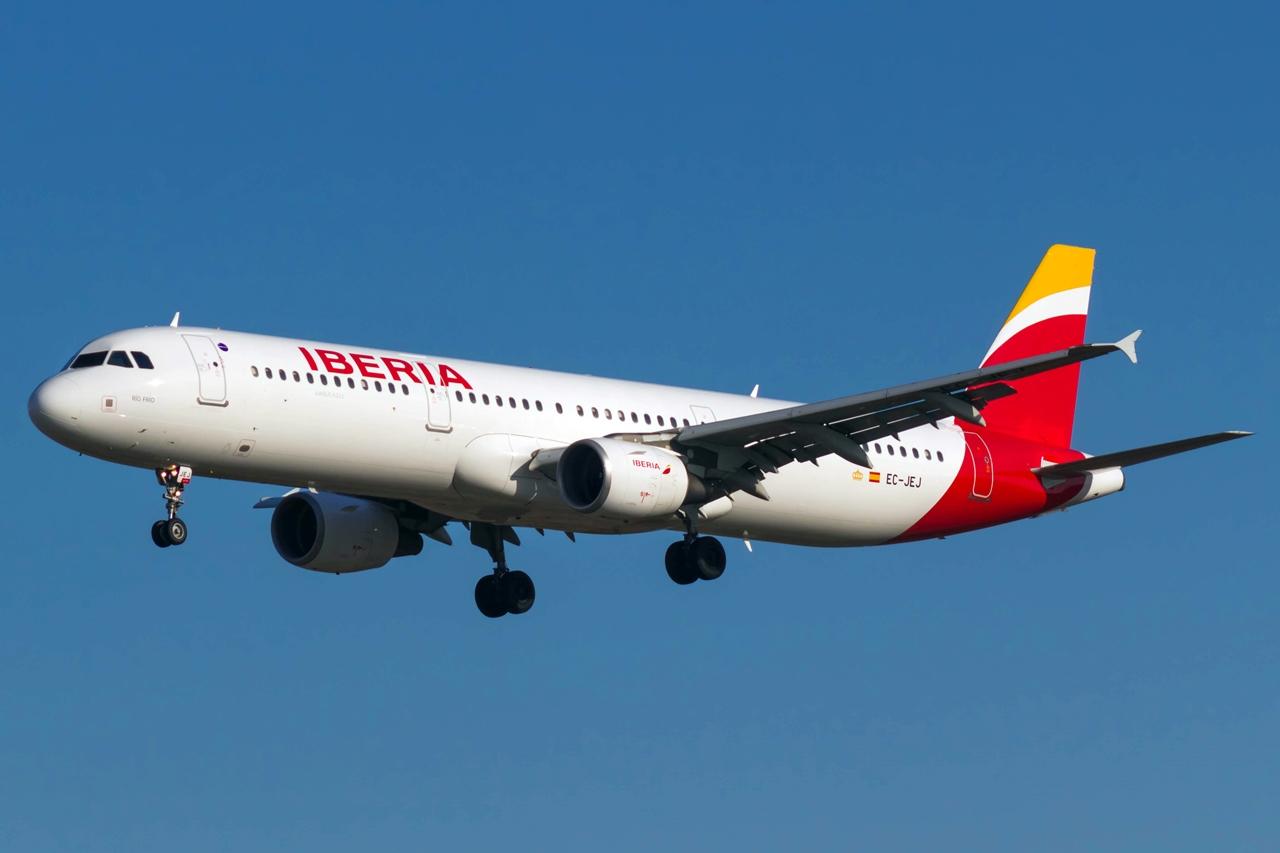 Az Iberia egyik új festést viselő A321-es Airbusa leszállás közben. A típus gyakori vendég lesz Madridból. (Fotó: Bené Riobó - Wikimedia)   © AIRportal.hu