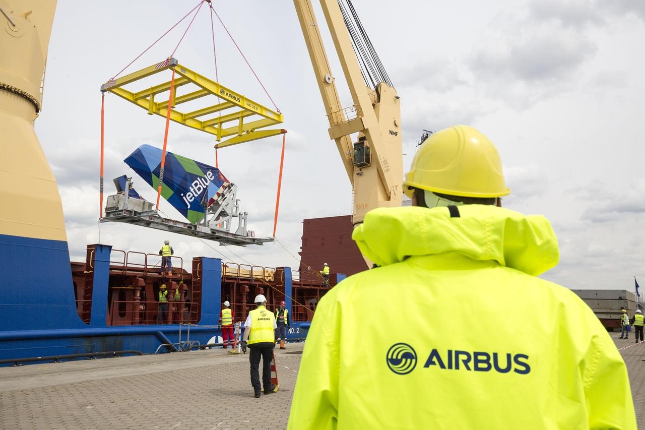 Gondosan komponált, Airbus-logós fénykép a függőleges vezérsík rakodásáról. (Fotó:Airbus) | © AIRportal.hu
