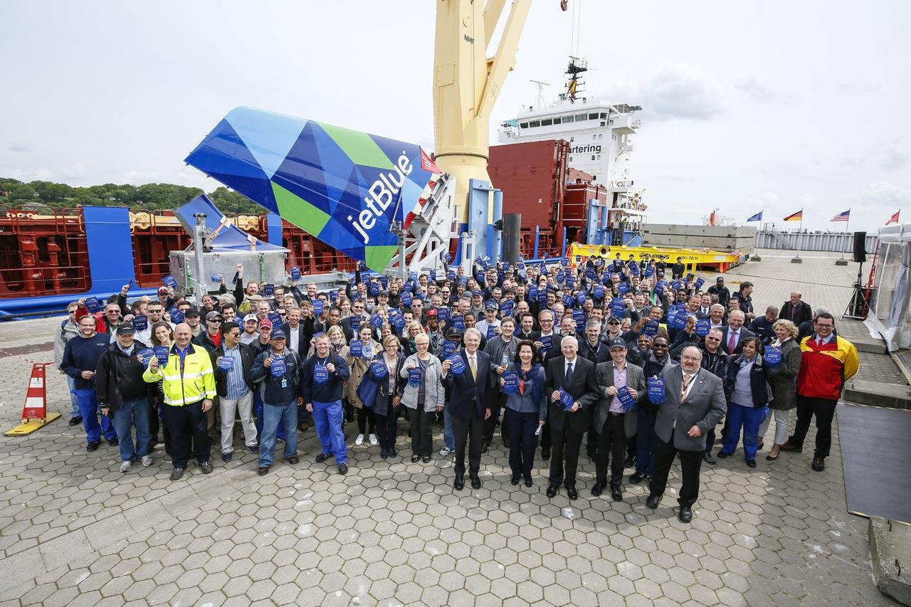 A hajóindításon jelen volt ünneplők serege Hamburgban. Háttérben a JetBlue A321-esének vezérsíkja. (Fotó: Airbus) | © AIRportal.hu