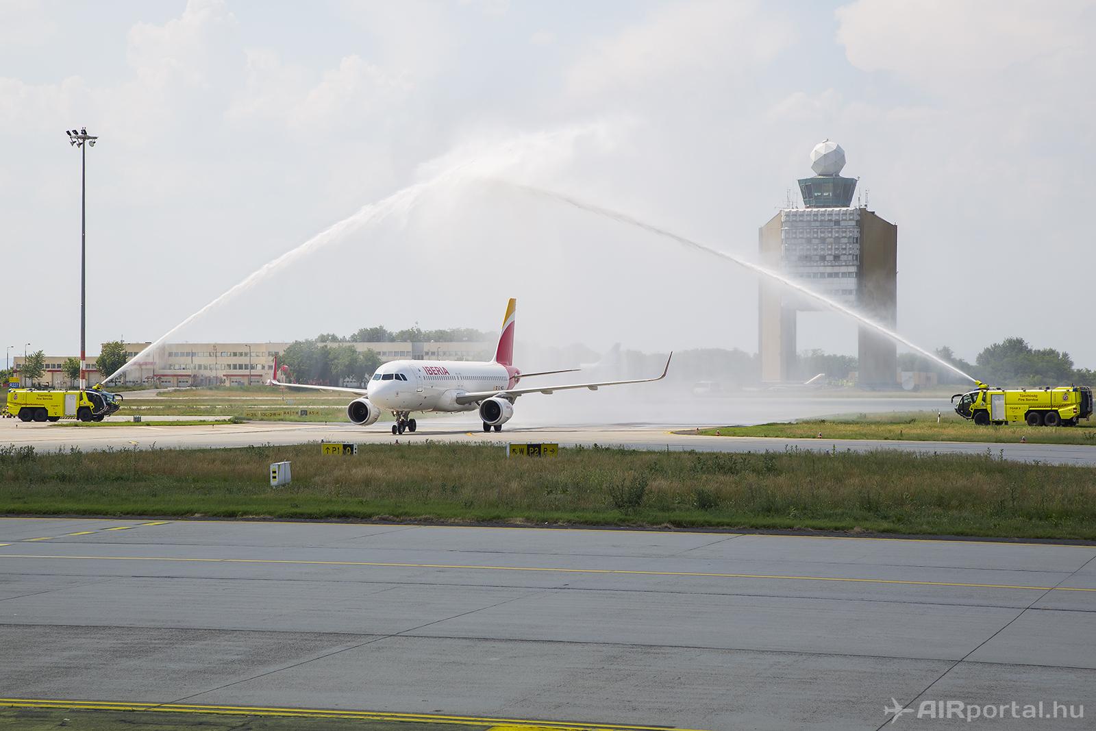 Az Iberia idei első menetrendszerű járatának diadalív vízsugaras köszöntése (Fotó: Samu Ádám - AIRportal.hu)   © AIRportal.hu