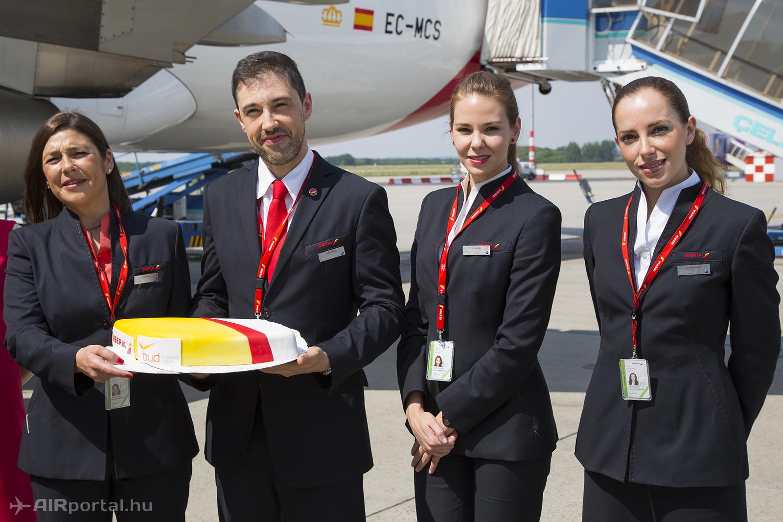 Az Iberia nyitójáratának légiutas-kísérői az ünnepi tortával. Fotó: Samu Ádám - AIRportal.hu   © AIRportal.hu