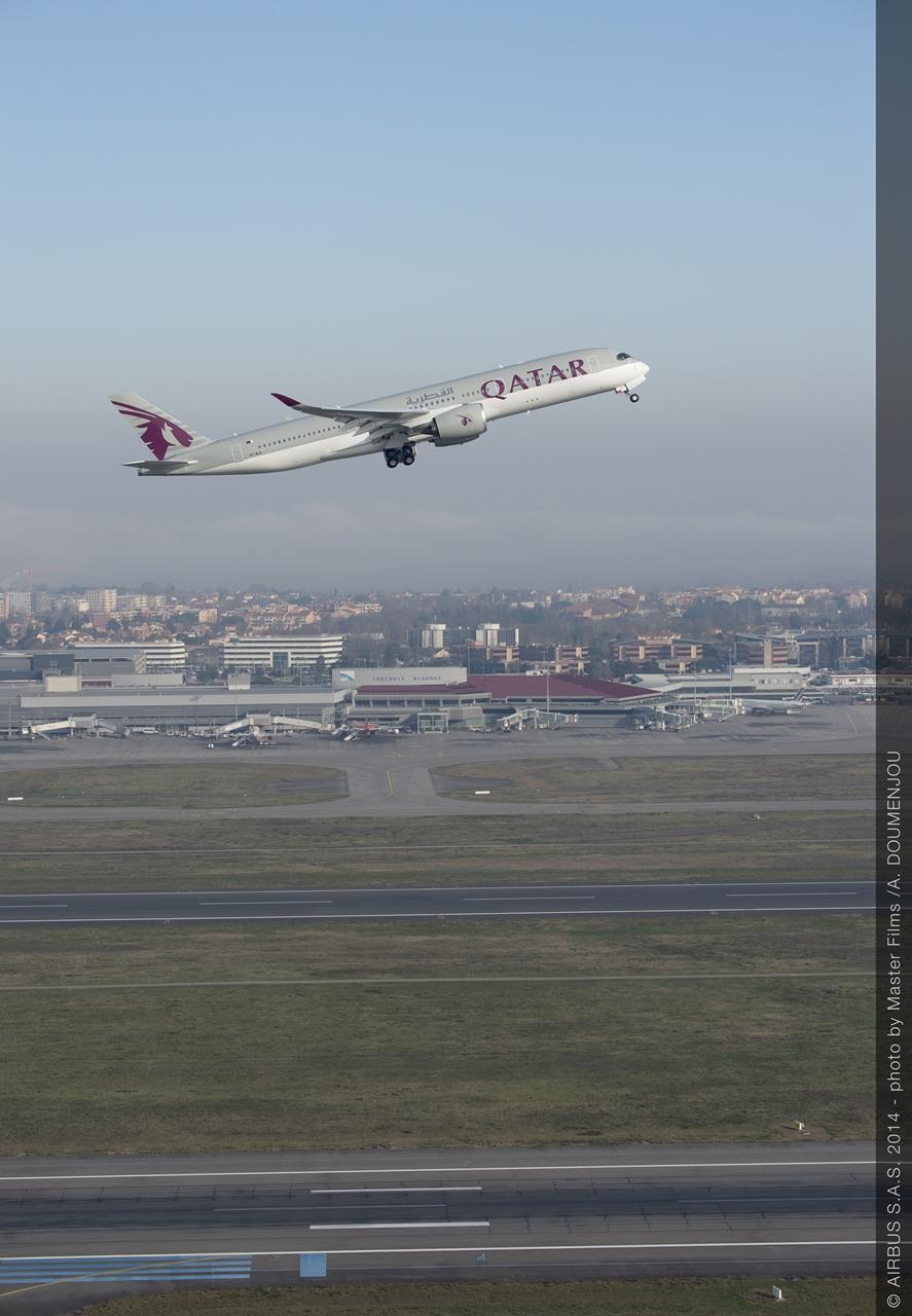 Felszállás közben a Qatar egyik A350-900-asa. Jelenleg három ilyen típusa van a flottának, de az idei évben összesen nyolcat készülnek átvenni az Airbustól. (Fotó: Airbus) | © AIRportal.hu