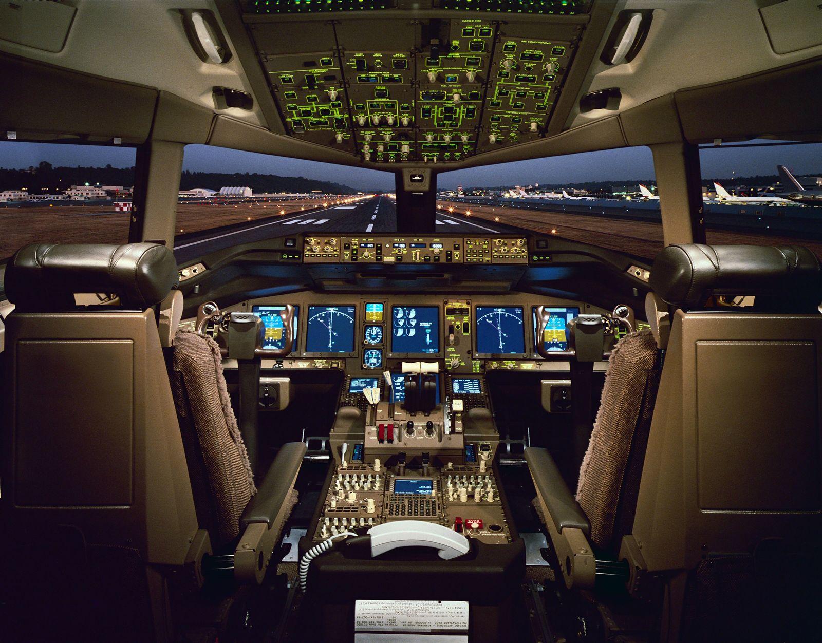 Boeing 777 pilótafülke. A Triplahetes a Boeing Commercial Airplanes első teljes egészében fly-by-wire vezérlésű típusa. (Fotó: Boeing Company) | © AIRportal.hu