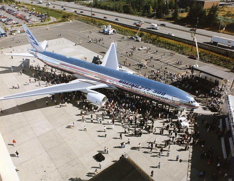 A hosszított törzsű 777-300 kigördülési ünnepe 1997. szeptember 8-án. (Fotó: Boeing Company) | © AIRportal.hu