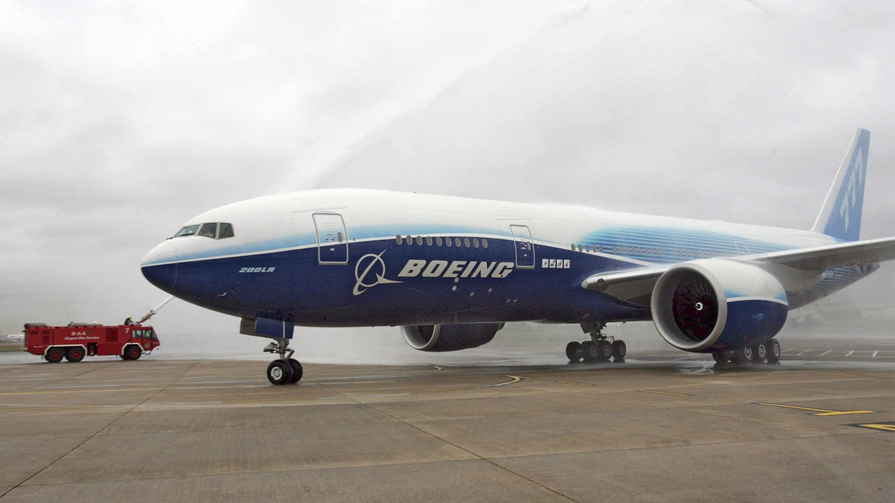 A Boeing 777-200LR gépének vízsugaras köszöntése a londoni Heathrow-n 2005. november 10-én. A gép 22 óra 42 perces non-stop repülés után érkezett meg Hong Kongból a brit főváros repülőterére. (Fotó: Boeing Company) | © AIRportal.hu