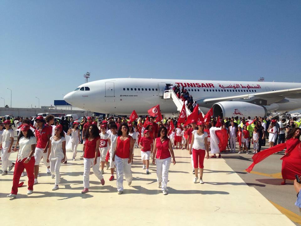 A vadonatúj, Tunis névre keresztelt A330-ast körülvevő tömeg Tuniszban. (Fotó: Tunisair) | © AIRportal.hu