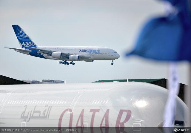 Érkezik az Airbus A380-asa Párizsba, előtérben a Qatar óriásgépe. (Fotó: Airbus) | © AIRportal.hu