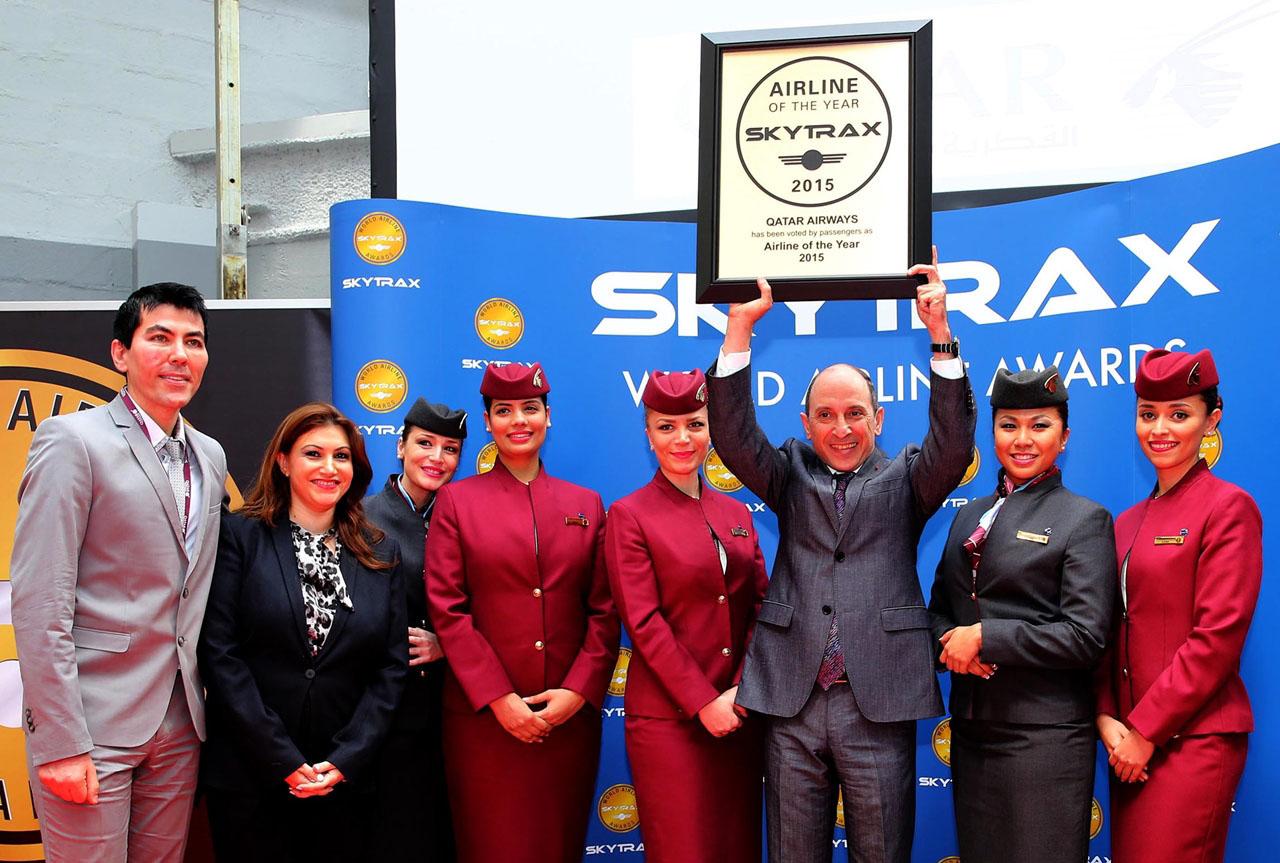 Az abszolút győztes, a Qatar Airways. Akbar Al Baker, vezérigazgató széles mosollyal emeli magasba a Skytrax elismerést.  (Fotó: Qatar Airways) | © AIRportal.hu