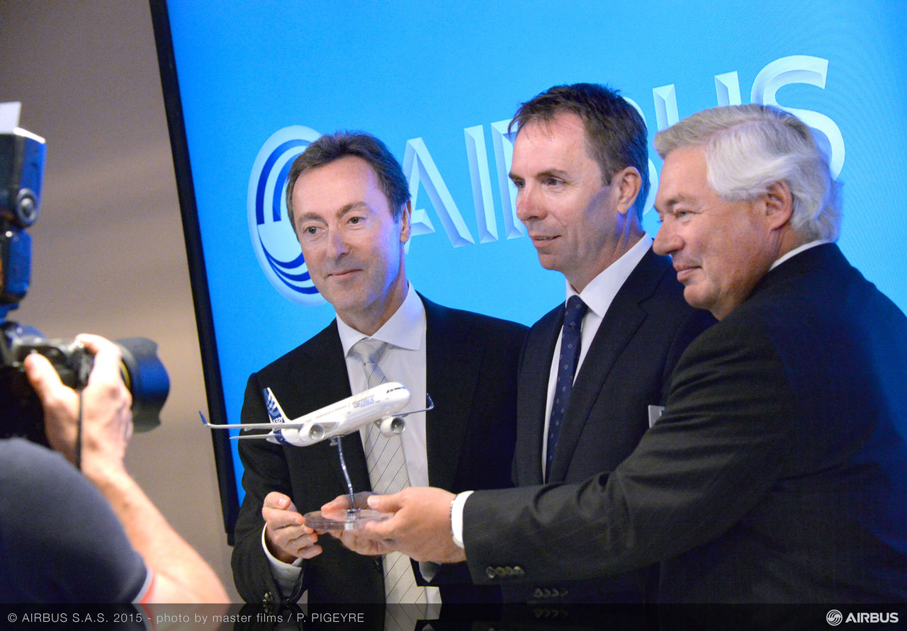 Az aláírást követő fotó egy A321neo makettel. Fotó: Airbus | © AIRportal.hu