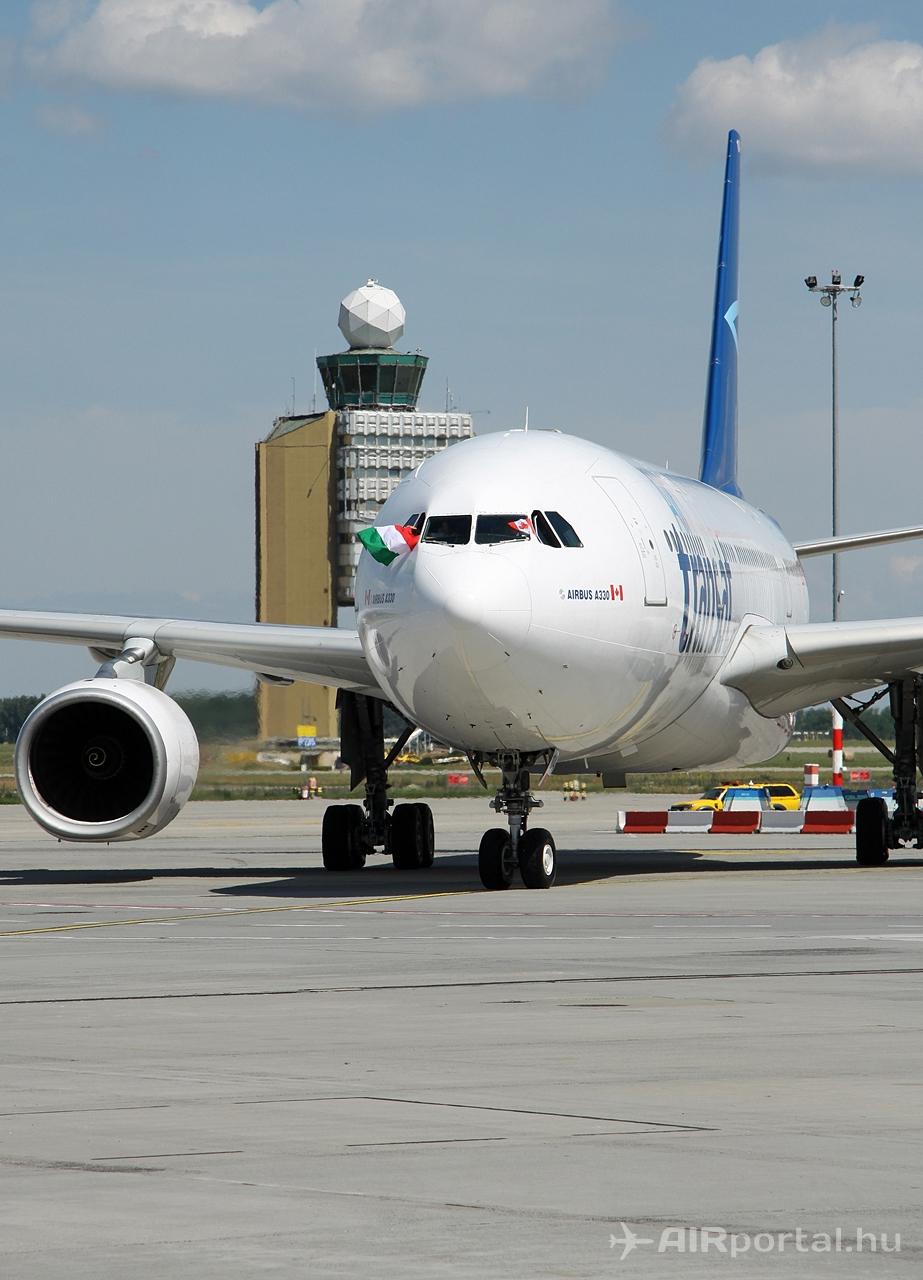 Air Transat A330-200-as, kanadai és magyar zászlókkal, háttérben a ferihegyi toronnyal. Fotó: Csemniczky Kristóf - AIRportal.hu | © AIRportal.hu
