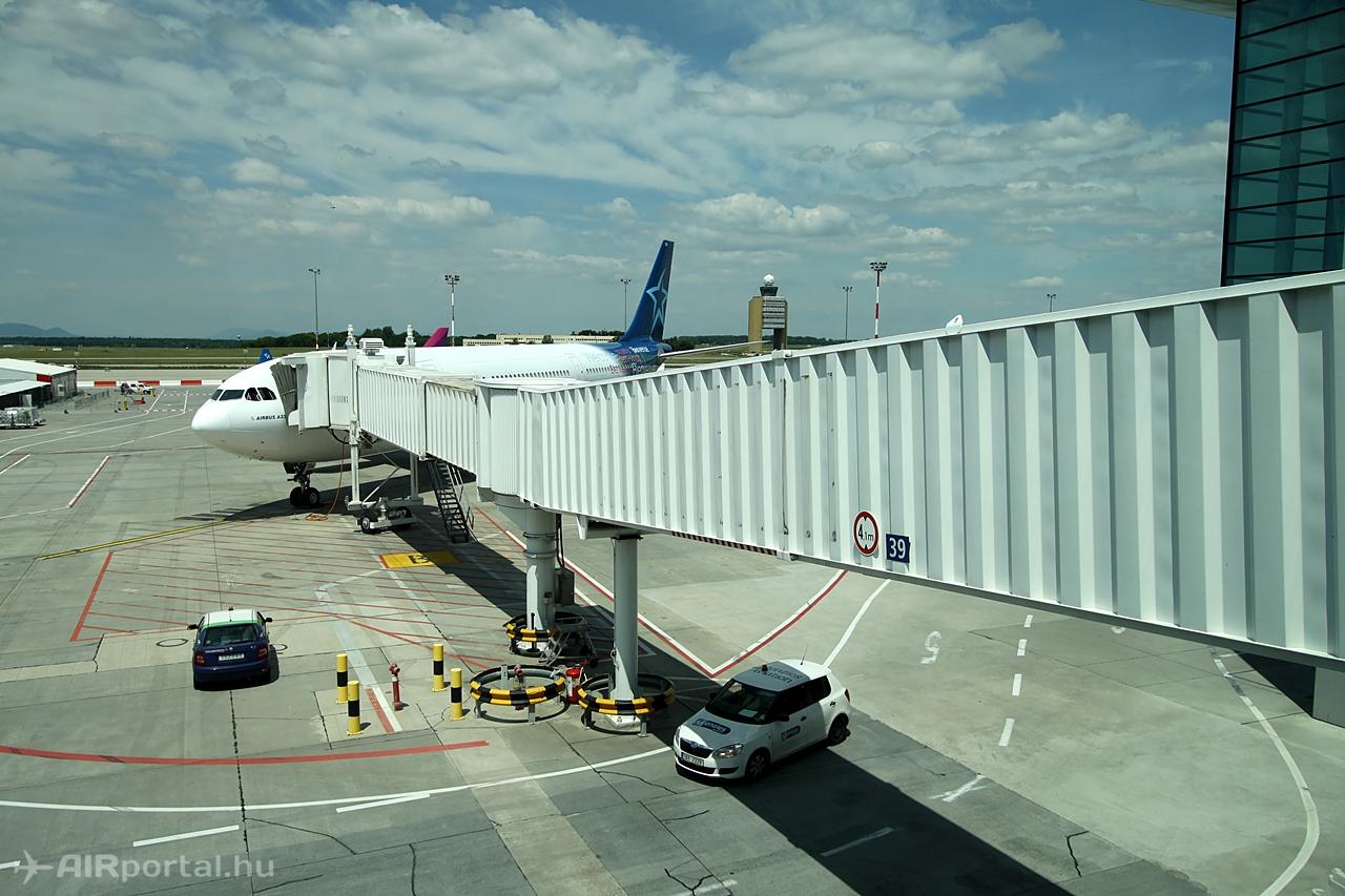 Az Air Transat A330-200-asa június 18-án a Liszt Ferenc repülőtér 2B termináljának 39-es állóhelyén. Fotó: Csemniczky Kristóf - AIRportal.hu | © AIRportal.hu