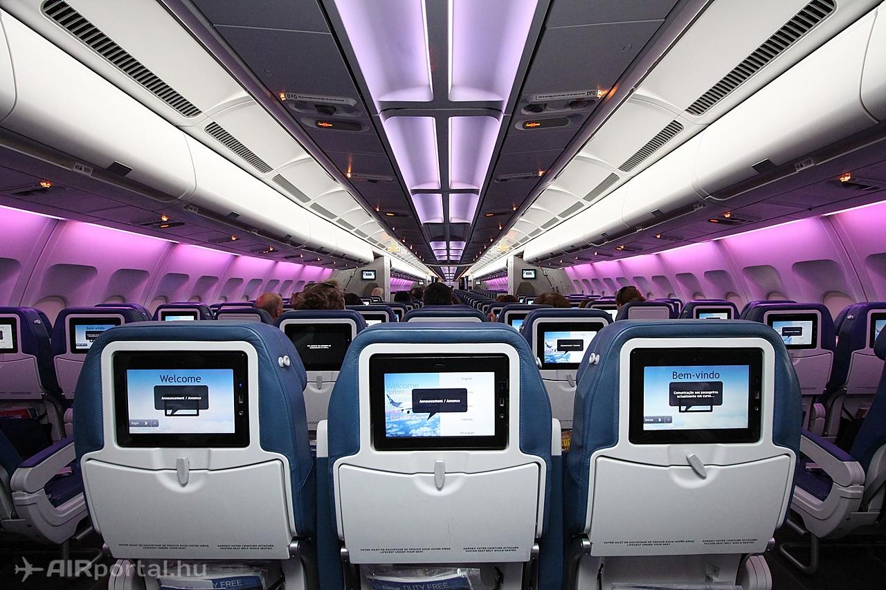 Hangulatvilágítás az Air Transat A330-as Economy osztályán. Fotó: Csemniczky Kristóf - AIRportal.hu | © AIRportal.hu