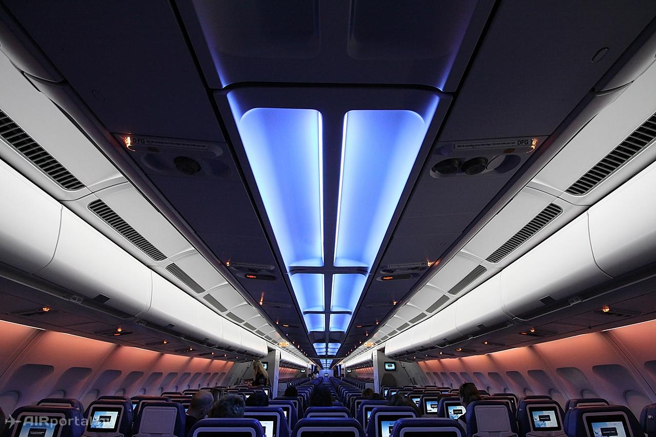 Változtatható színű és fényerősségű LED világítás várja az utasokat a fedélzeten. Fotó: Csemniczky Kristóf - AIRportal.hu | © AIRportal.hu
