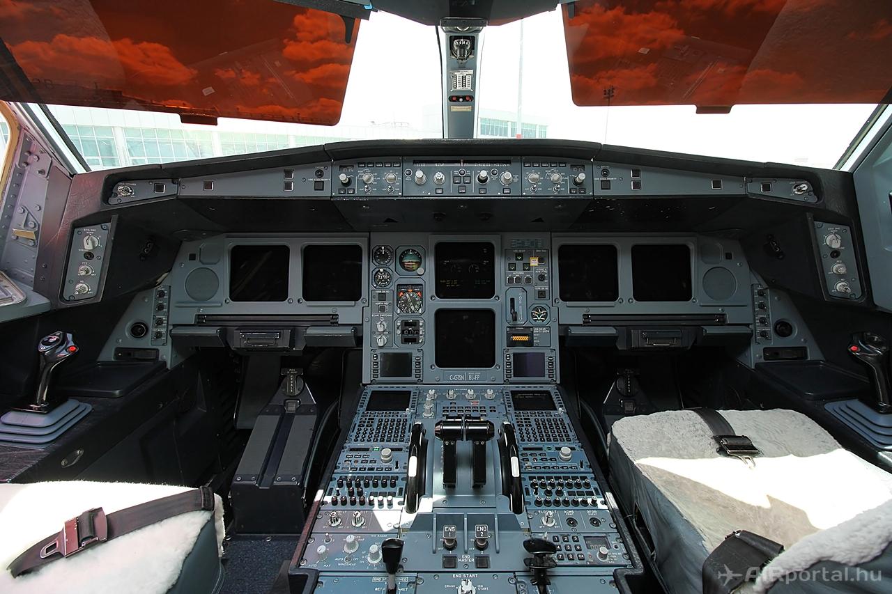 Air Transat A330-200-as pilótafülke. Fotó: Csemniczky Kristóf - AIRportal.hu | © AIRportal.hu