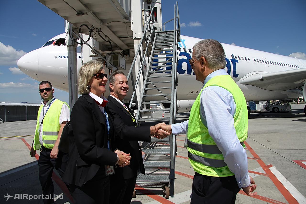 Hardy Mihály, kommunikációs igazgató a Budapest Airport nevében elsőként köszönti az Air Transat nyitójáratának hajózóit. Fotó: Csemniczky Kristóf - AIRportal.hu | © AIRportal.hu