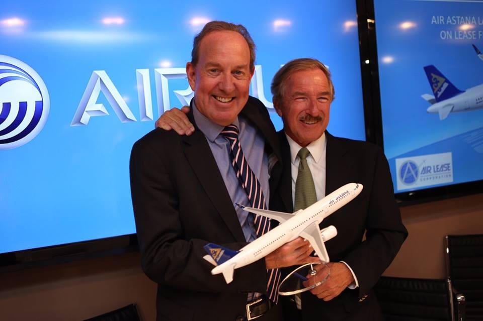 Peter Foster, az Air Astana vezérigazgatója és Steven F. Udvar-Házy, az ALC vezérigazgatója Párizsban, az aláíró ceremónián, amelyre már egy A321neo repülőgépmodell is készült. (Fotó: Air Astana) | © AIRportal.hu
