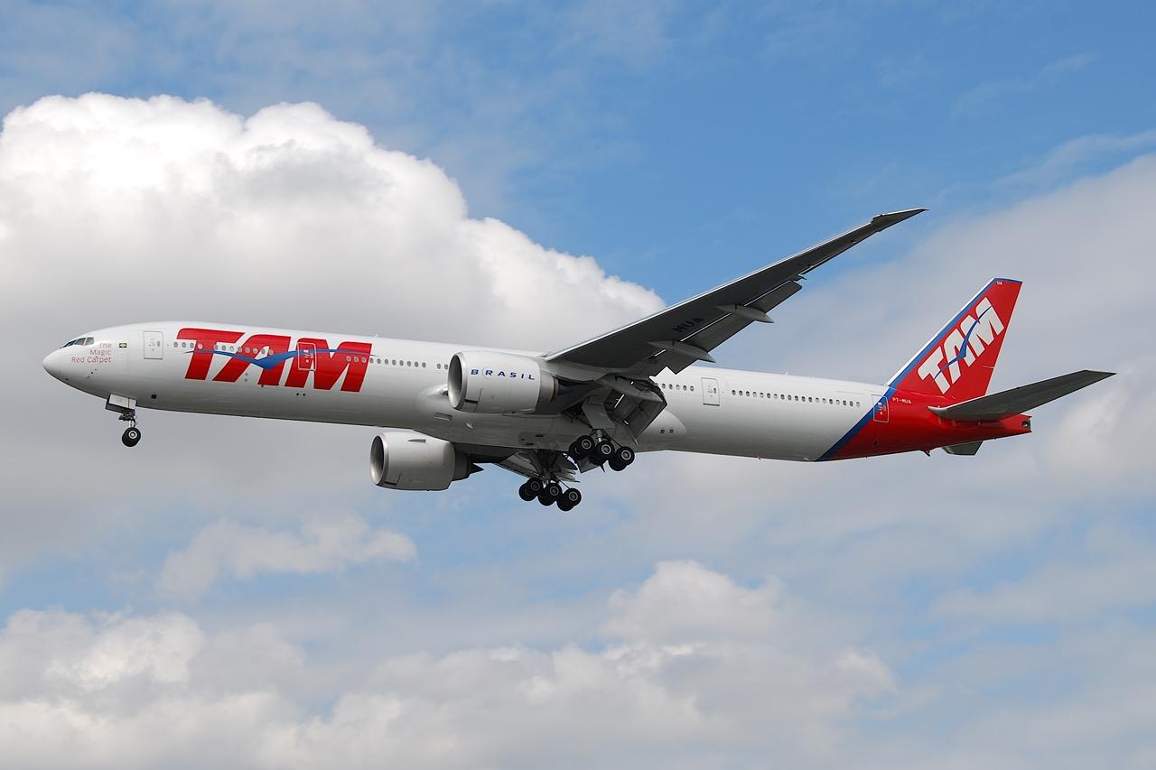 TAM Boeing 777-300ER leszállás közben Londonban. (Fotó: Aero Icarus - Wikimedia) | © AIRportal.hu