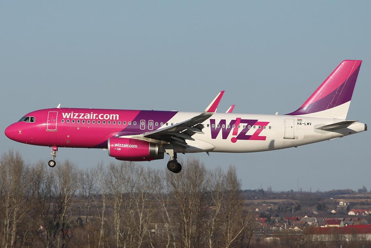 A Wizz-flotta egyik sharkletes A320-asa leszállás közben a budapesti Liszt Ferenc repülőtéren. (Fotó: Csemniczky Kristóf - AIRportal.hu) | © AIRportal.hu
