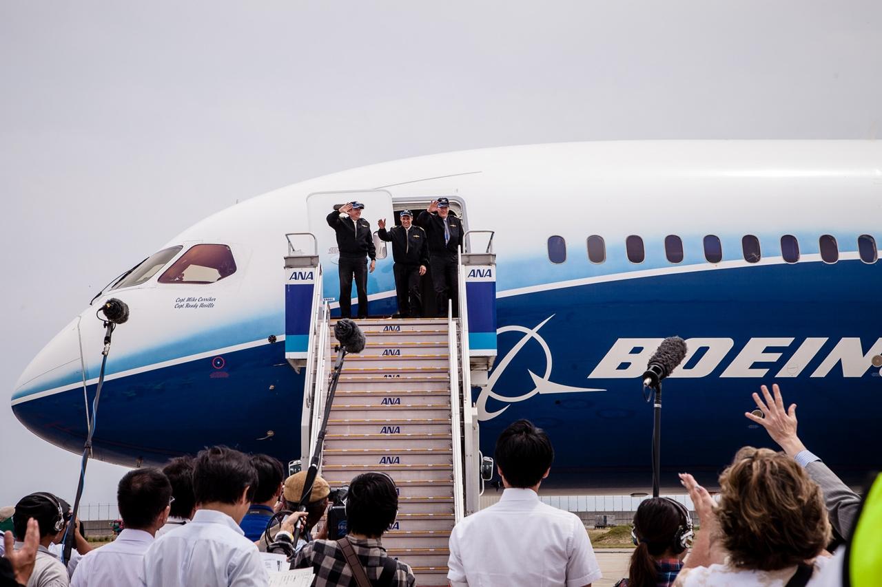 A gép szélső útján szolgálatot teljesítő Boeing-pilóták köszöntése Nagojában. (Fotó: Boeing Company) | © AIRportal.hu