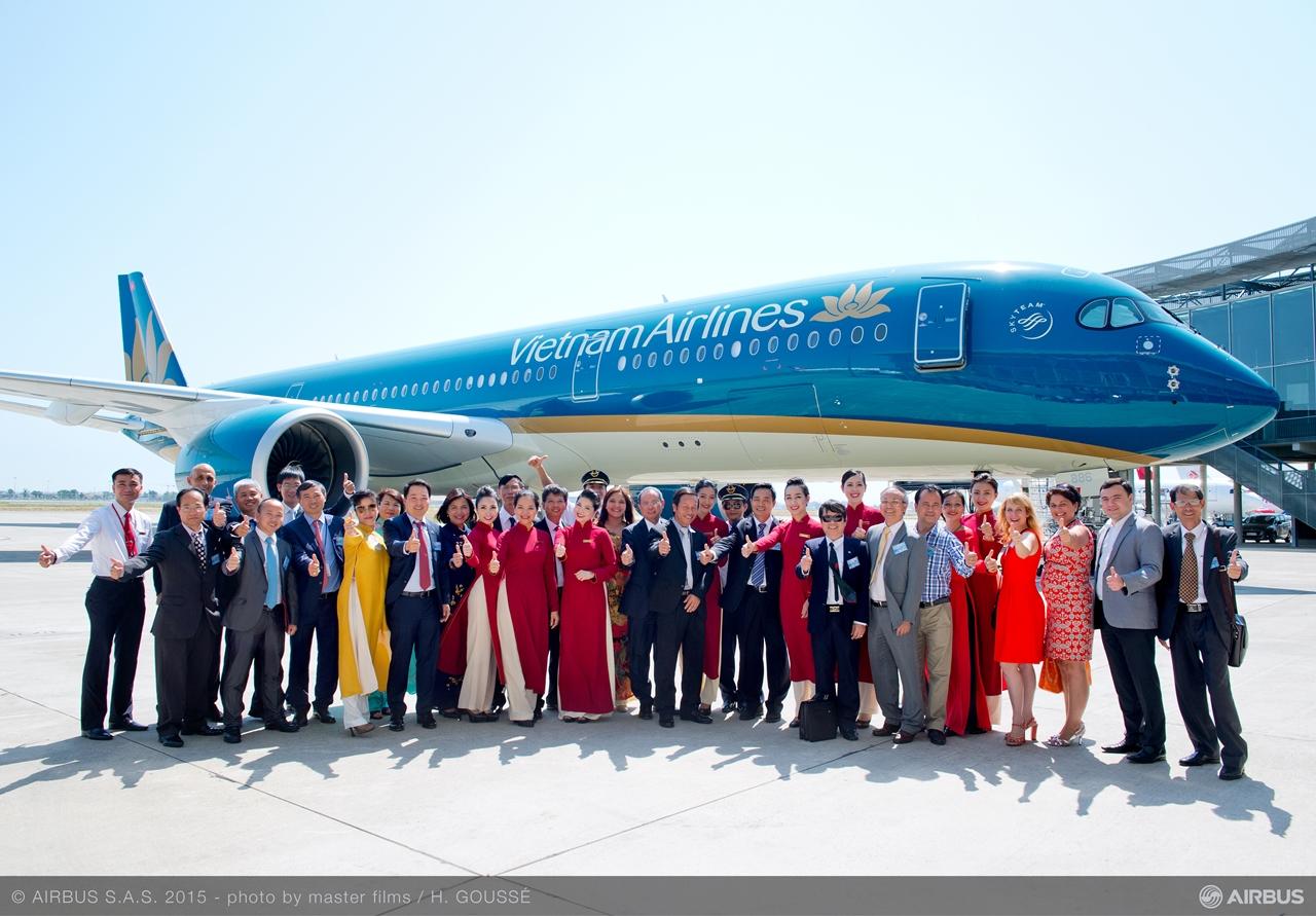 Ünnepi csoportkép a toulouse-i átadóközpontban. (Fotó: Airbus) | © AIRportal.hu