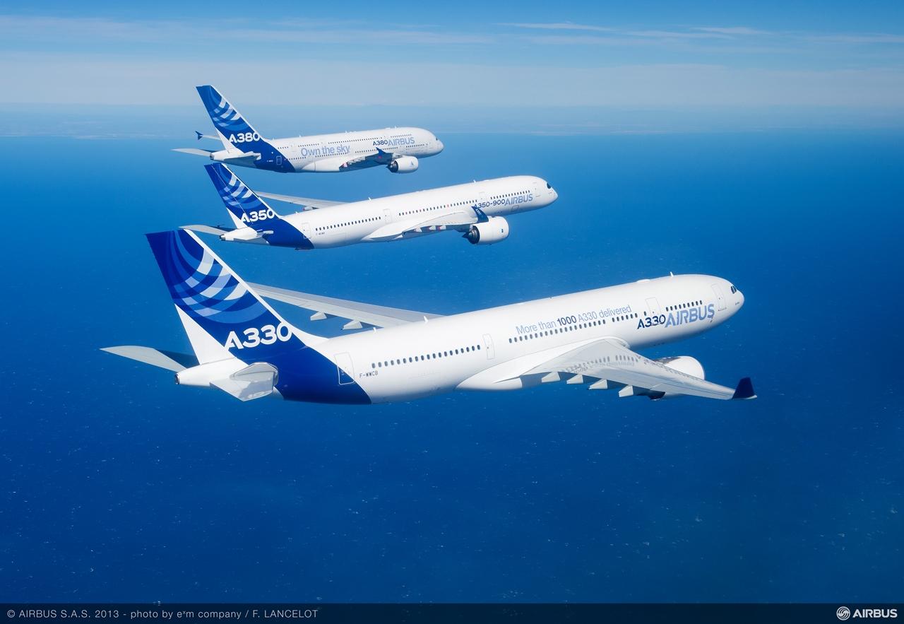 A330-as a legújabb, kompozit építésű A350XWB és a legnagyobb, kétszintes A380-assal kötelékben. (Fotó: Airbus) | © AIRportal.hu
