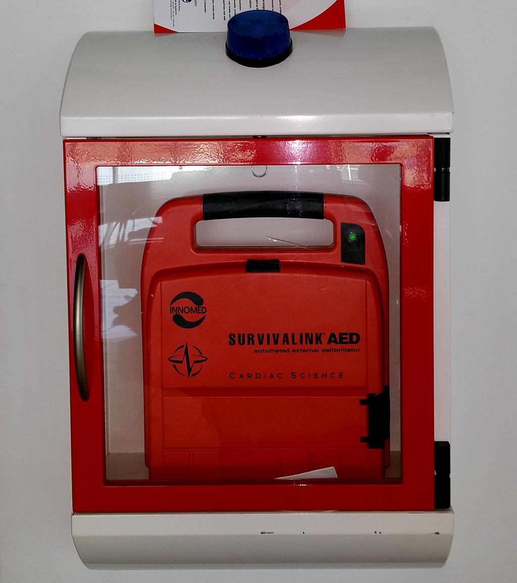 Ilyen defibrillátor készülékek vannak elhelyezve a repülőtér 14 pontján. (Fotó: AMS) | © AIRportal.hu