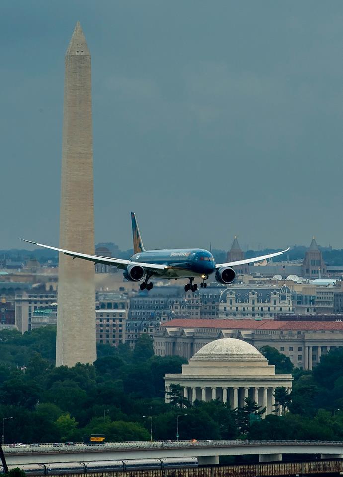 Amire menetrendszerűen aligha lesz többet példa: Boeing 787-9-es érkezik a Ronald Reagan National Airportra. (Fotó: Boeing Company) | © AIRportal.hu