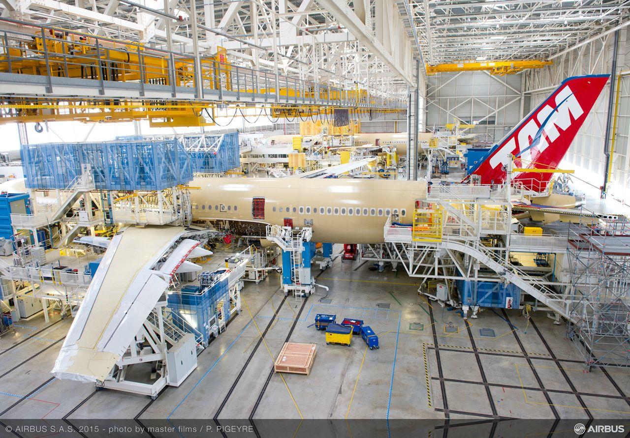Így festett májusban a TAM leendő A350-ese a toulouse-i szerelősoron. (Fotó: Airbus)   © AIRportal.hu