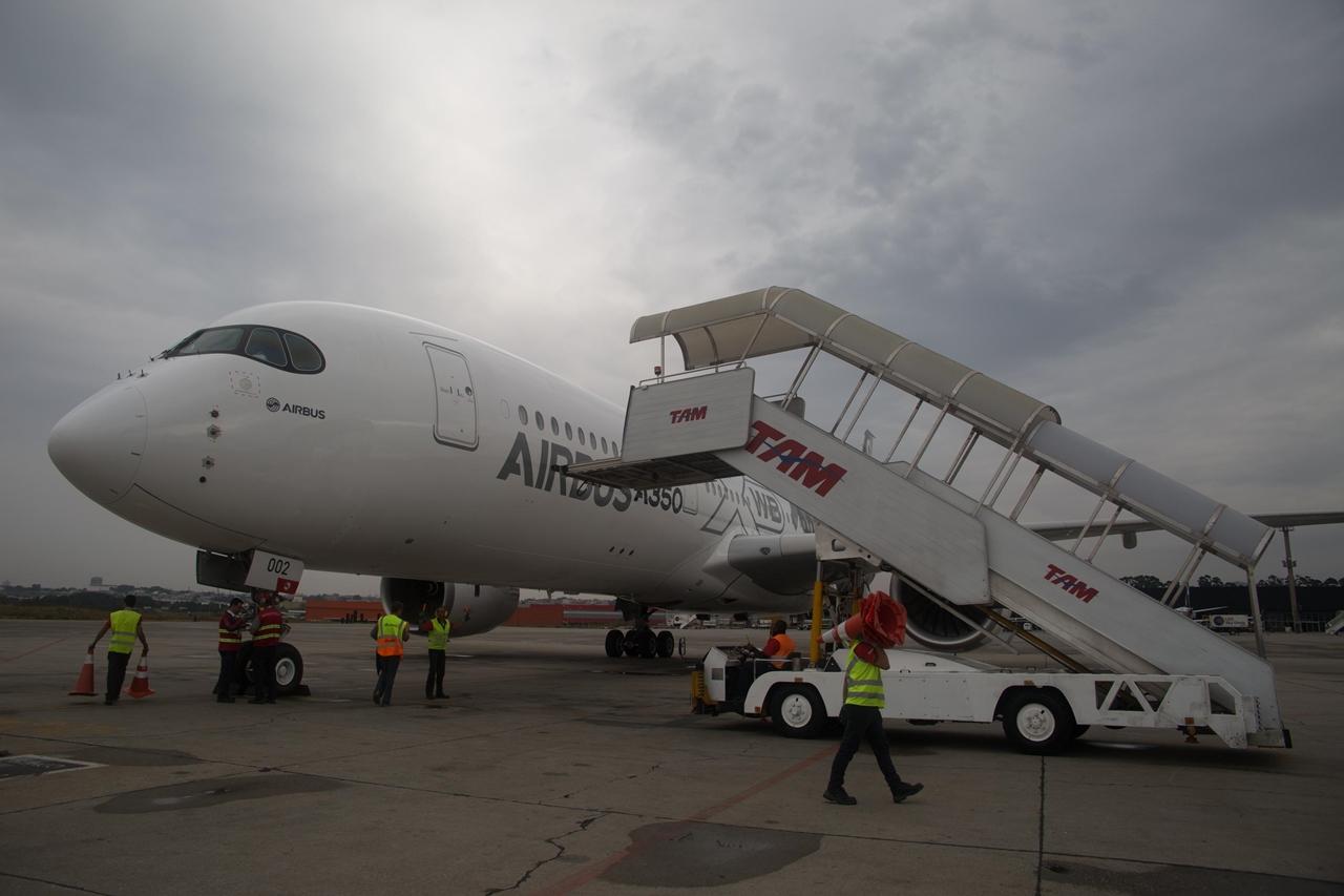 TAM földi kiszolgálók veszik körbe a megérkezett A350-est São Paulóban. (Fotó: Airbus)   © AIRportal.hu
