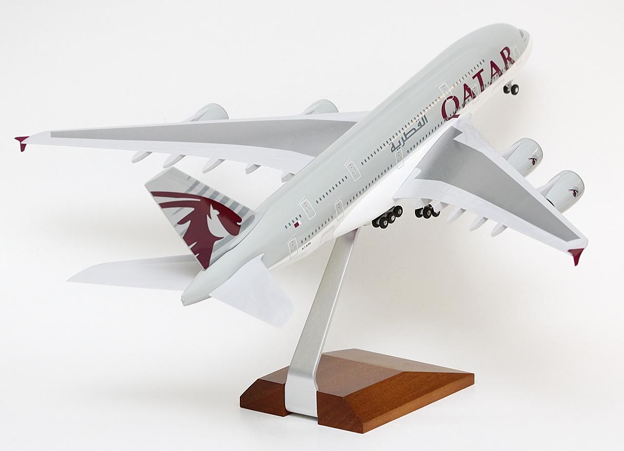 A modell az A7-APA lajstromú A380-800-ast örökíti meg, amely a Qatar Airways flottájának elsőként átvett Superjumbója. Akbar Al Baker, a légitársaság vezérigazgatója 2014 szeptemberében utazott Hamburgba, az Airbus németországi bázisára, hogy rögtön a második elkészült A380-assal a háttérben ünnepélyesen átvegye a gépet. A Qatar Airways sorrendben a tizenkettedik üzemeltetője lett az A380-asnak. A három öböl-menti nagy közül az Emirates után, az Etihadot viszont megelőzve kezdte el üzemeltetni a típust. Az Airbus eddig a megrendelt flotta felét, öt gépet szállított le. További megrendelésről egyelőre nincs hír, de Al Baker iparági fórumokon már jelezte, a Qatart is érdekelné az A380-as új hajtómű opciós, NEO-változata.   © AIRportal.hu