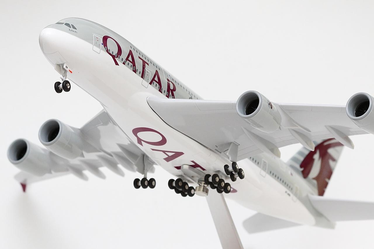 Az A380-ast a Qatar a két legkiemeltebb európai útvonalán vezette be. Londonba és Párizsba azt megelőzően az ugyancsak négyhajtóműves A340-600-asok képviselték a flotta legjavát. A Superjumbók azért is különlegesek, mert a Qatar új üzletpolitikája szerint a jövőben csak és kizárólag ezen a típuson kínálnak First Class szolgáltatást.   © AIRportal.hu