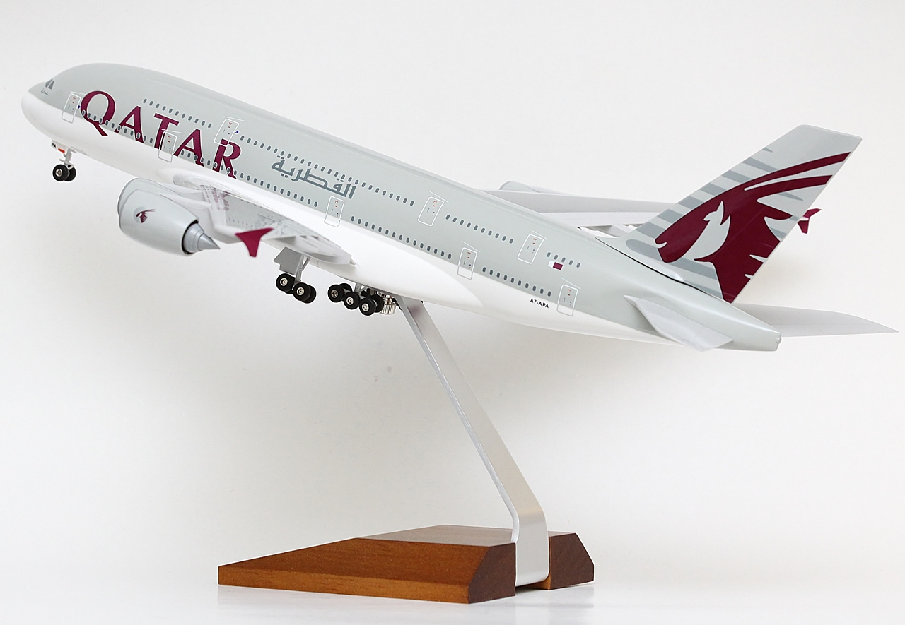 A modellgyűjtők körében népszerű 1:200 méretarányban eddig négyféle Qatar A380-800-as jelent meg. A Wings900.com adatbázisa szerint a Risesoon kétféle ekkora kiadást jegyez: A legelsőt még a kisfeliratos-kisemblémás festésminta verzióban, a másikat pedig az aktuális minta szerint. Ehhez viszont még hozzá kell számítani az itteni fényképeken szereplő legújabb, fatalpas, oneworld logós kiadást, valamint az eddigi legdrágább kivitelt, amelyet a GeminiJets adott ki, szintén A7-APA lajstrommal. A fémből készült, összeillesztést nem igénylő, ún. diecast modell ára gyártói közlés alapján 160 amerikai dollár (46-47 ezer forint).   © AIRportal.hu
