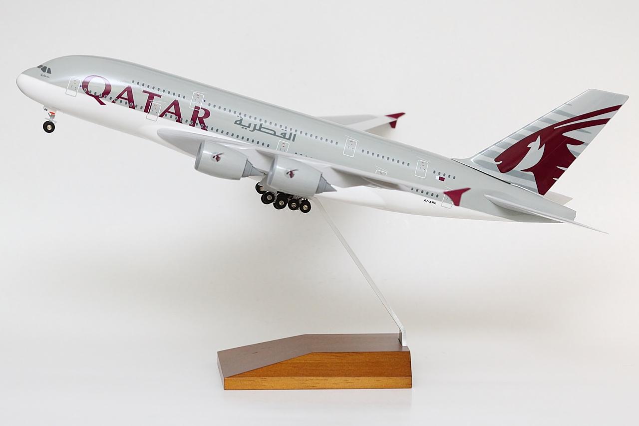 A Qatar Airways az első A380-as átvételének közeledtével rögvest meg is bízott egy modellgyártó céget, hogy készítse el a reprezentatív célokra is alkalmas 1:200 méretarányú változatát a gépnek, amely első ízben háromlábú fém állvánnyal állt a légitársaság marketingeseinek rendelkezésére. Aztán a készletek kifogytak és sorra került az újabb rendelés, amelyhez a Qatar még elegánsabb, fa talpazatot választott, és a modell dobozát is ahhoz az arculathoz igazították, amely az első A380-as átvételi ceremóniáján, illetőleg azóta is körítésül szolgál a típus imázsteremtő anyagaihoz. Immáron a választott légiszövetség, a oneworld logója is felkerült mind a gépre, mind pedig a csomagolásra.   © AIRportal.hu