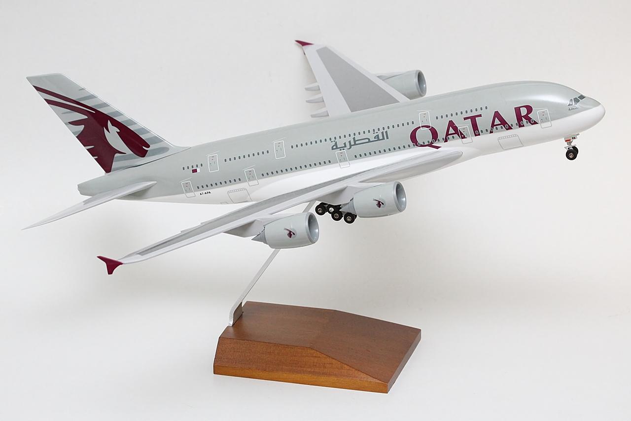 A Qatar Airways az Airbus A380-800-as első megrendelői közé tartozik. Olyannyira, hogy az európai repülőgépgyár korai látványtervein a típust még az előzőleg, 1993-2006 között alkalmazott kisfeliratos, kisfejű Oryx emblémás kivitelben ábrázolták, amihez volt olyan modellgyártó, amely a gyűjtők lelkesedésének eleget téve a való életben aztán soha meg nem valósult mintával készített modellt. Ezek ma már különleges, a rajongók számára különösen értékes darabok, mivel a Qatar Airwaysnél időközben arculatváltás történt. Markánsabb jegyeket öltött magára a légitársaság, amelyek természetesen a megrendelt A380-as flottára is érvényt nyertek.   © AIRportal.hu