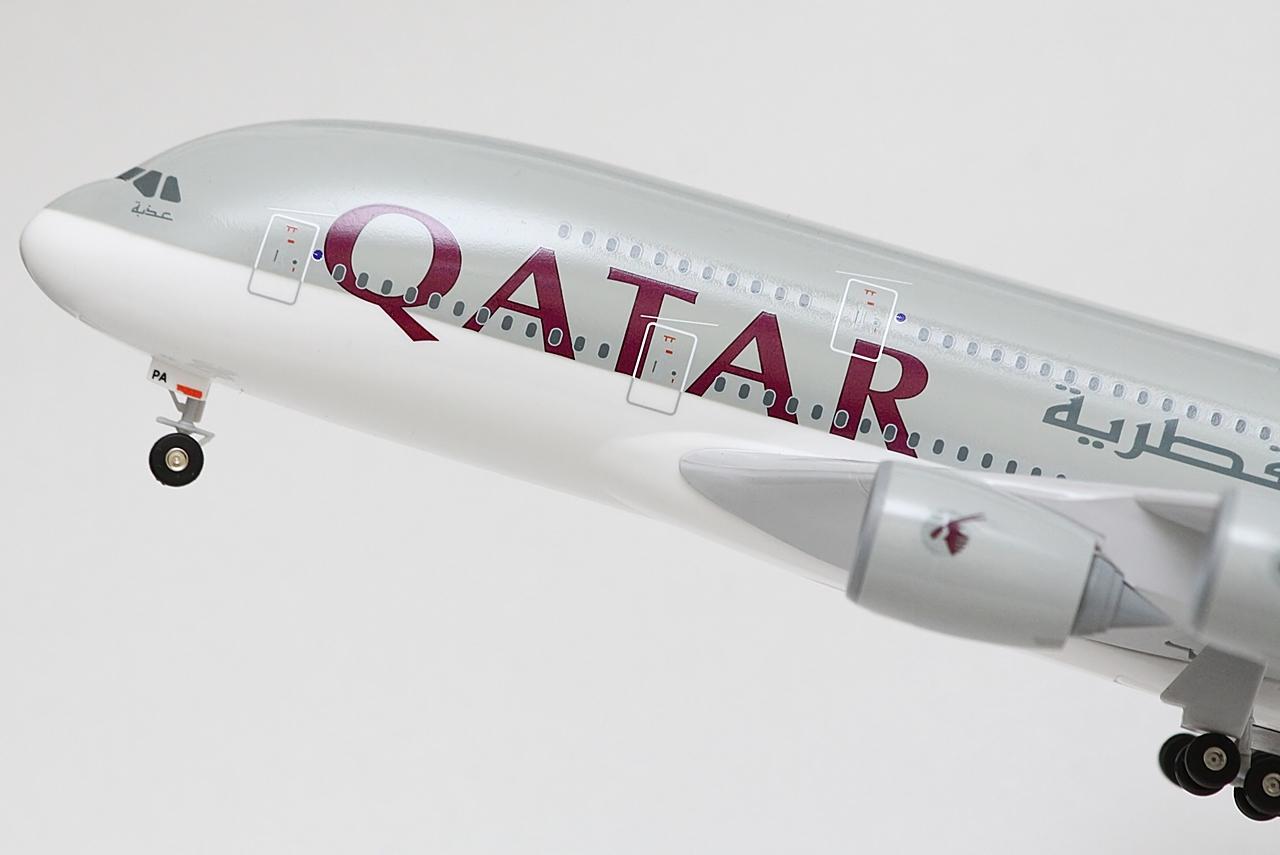 A Qatar Airways A380-800-asai klasszikus, háromosztályos kabinkonfigurációval működnek a fedélzeten egy-egy járaton összesen 517 utasnak férőhelyet biztosítva. A prémium jegyet váltó utasoknak a felső fedélzeten 8 First Class és 48 Business Class ülés kapott helyet egy exkluzív, bőrkanapés társalkodó helyiséggel kiegészítve, míg az emelet fennmaradó részében, valamint a teljes főfedélzeten 461 Economy Class ülésre lehet helyet foglalni.   © AIRportal.hu