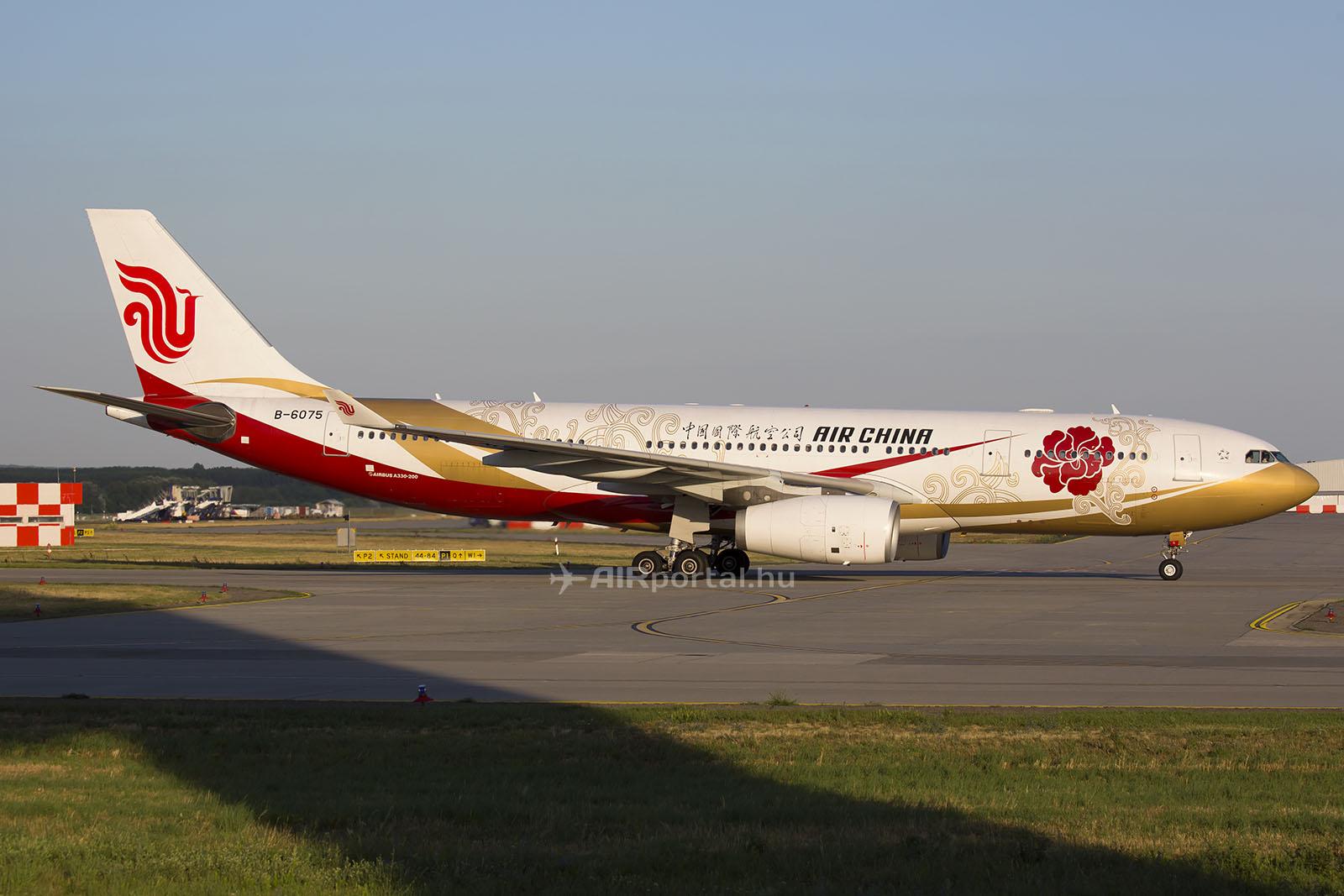 Az Air China különleges festésű Airbus A330-200-as repülőgépe Ferihegyen. (Fotó: AIRportal.hu) | © AIRportal.hu