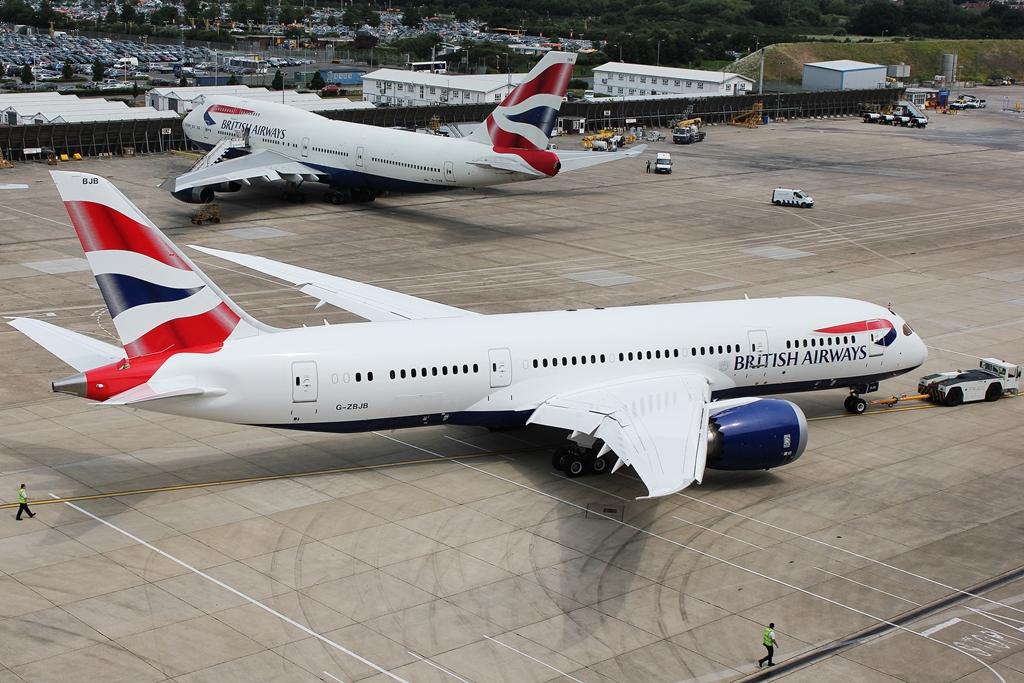 A brit flotta egyik 787-8-asa Londonban egy 747-400-assal a háttérben. (Fotó: British Airways) | © AIRportal.hu