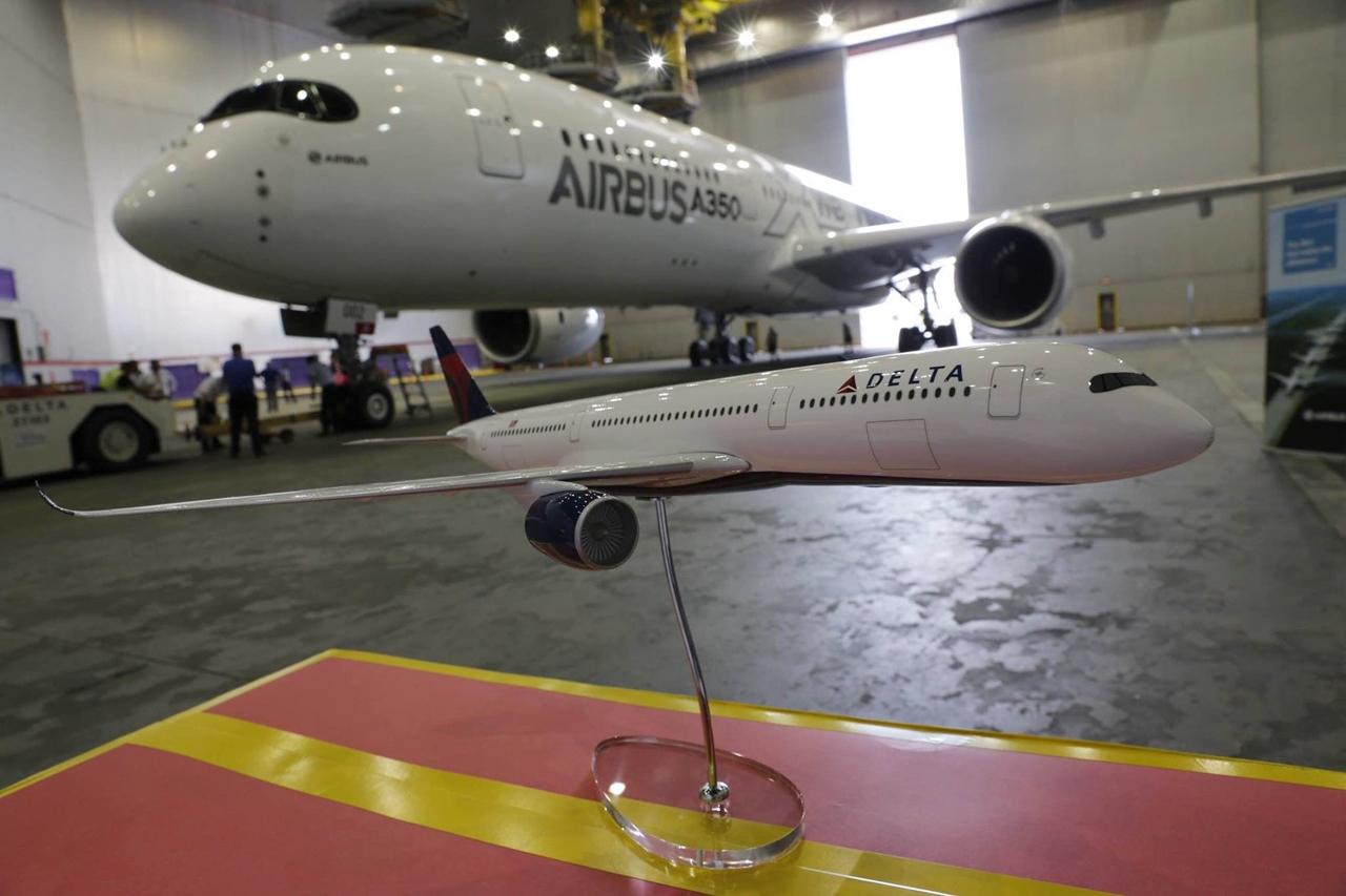 A szakmai ismerkedés a hangárban. Előtérben egy 1:100 méretarányú Delta A350-900-as. (Fotó: Airbus)   © AIRportal.hu