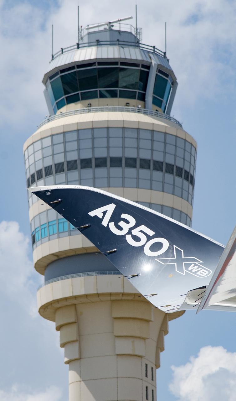A Hartsfield-Jackson irányítótornya és az A350XWB szárnyvége. (Fotó: Airbus)   © AIRportal.hu