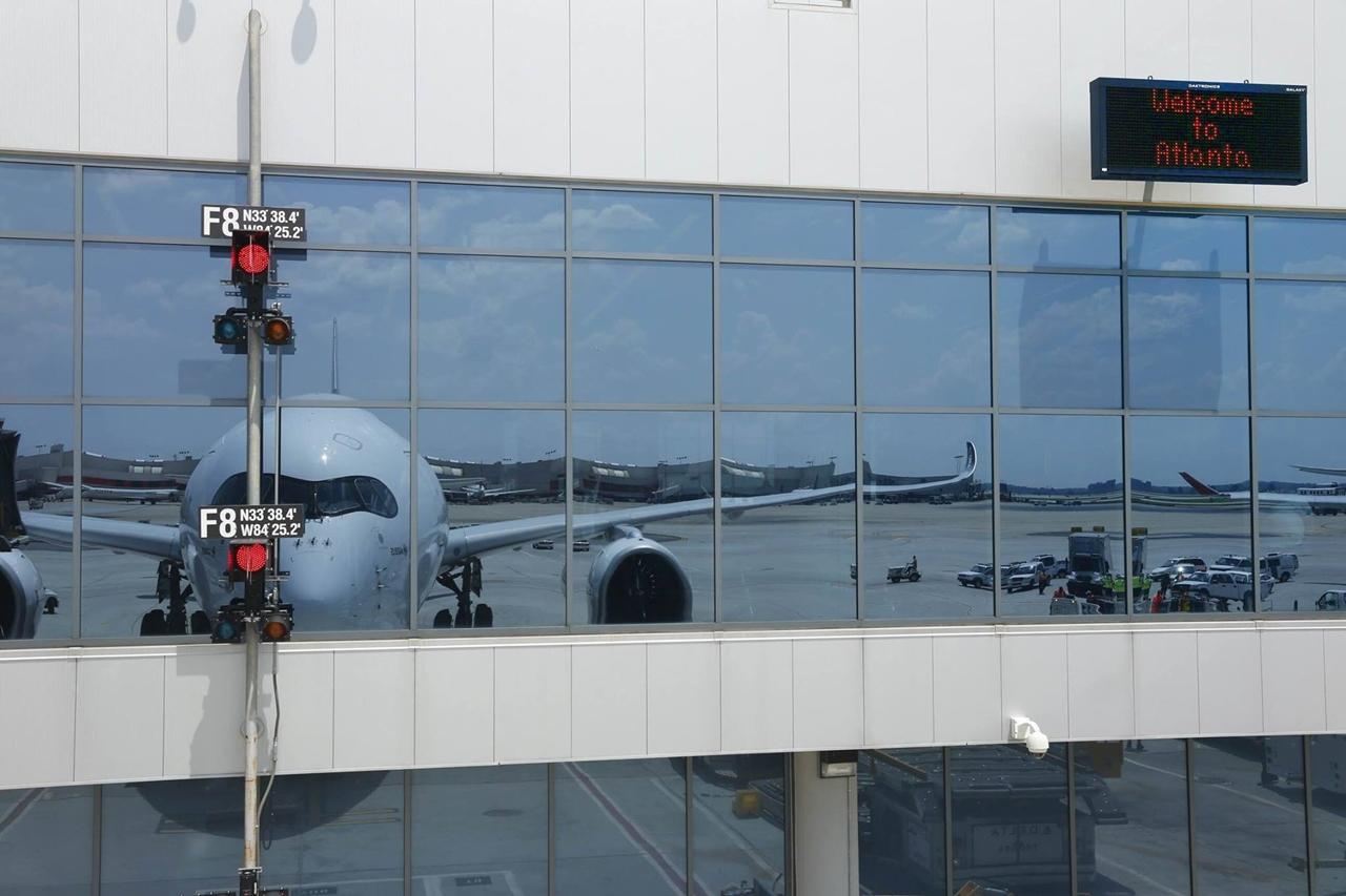 Welcome to Atlanta - szól az üdvözlet az utashídra álló A350-esnek. (Fotó: Airbus)   © AIRportal.hu