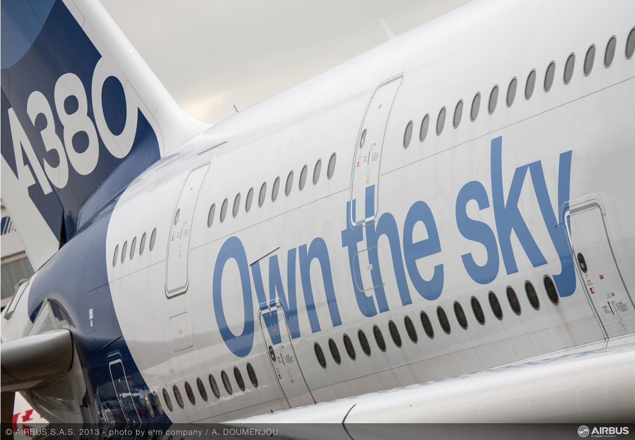 """Own the sky"" matrica az Airbus A380-as bemutató gépén. (Fotó: Airbus) | © AIRportal.hu"
